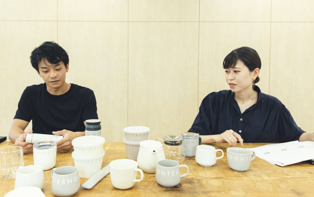 「LOGO WORKS」のコンセプトを製品を手に取りながら説明するバイヤー矢澤隆介さんとデザイナー大木明子さん