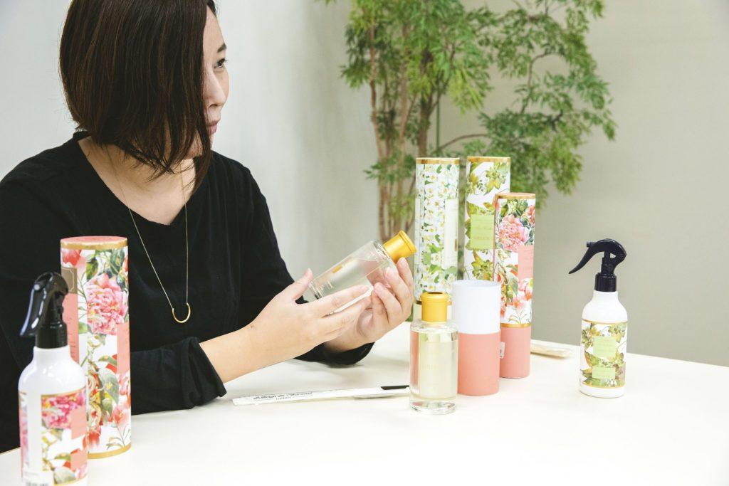 Ashleigh & Burwoodとのコラボレーションやオリジナルの香りついて語るバイヤーの鈴木亮子さんの画像