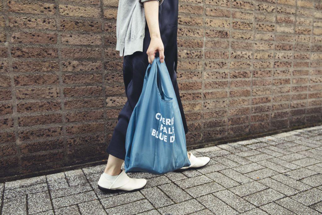 容量たっぷりの「CHERISH PALE BLUE DOT」エコバッグの画像